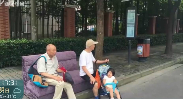 """上海一公交车站惊现""""豪华""""候车椅!一下雨吸水成大海绵"""