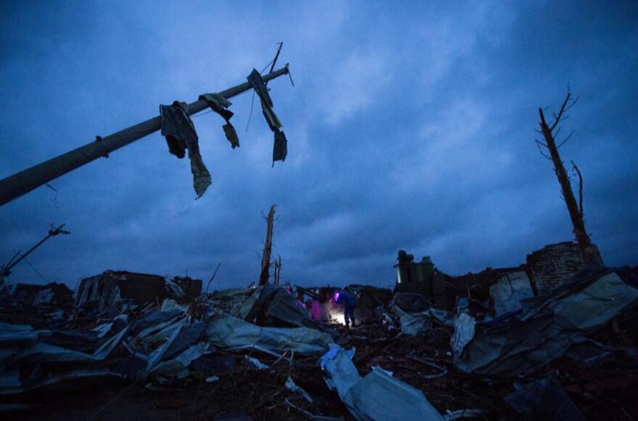 6月23日15时前后,江苏省盐城市阜宁、射阳等地出现强雷电、短时强降雨、冰雹、雷雨大风等强对流天气,局地遭龙卷风袭击。目前灾害已造成98人死亡,800人受伤。江苏省已启动自然灾害救助应急Ⅰ级响应,各项抢险救灾工作正紧张有序地开展。图为6月24日黎明,搜救人员在盐城市阜宁经济开发区北陈村进行排查搜救。新华社发