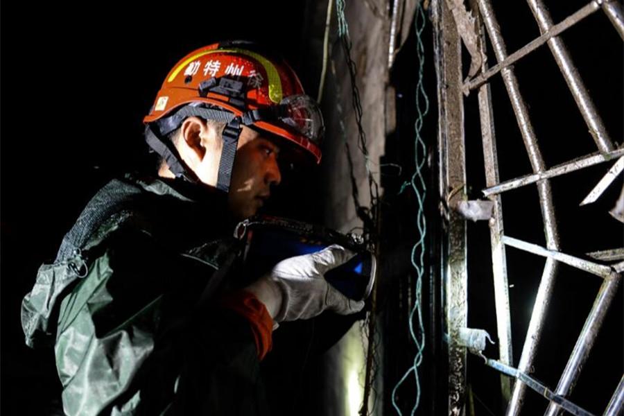 6月24日凌晨,消防战士在江苏盐城阜宁陈良镇丹平村受损民房中搜救。新华社发