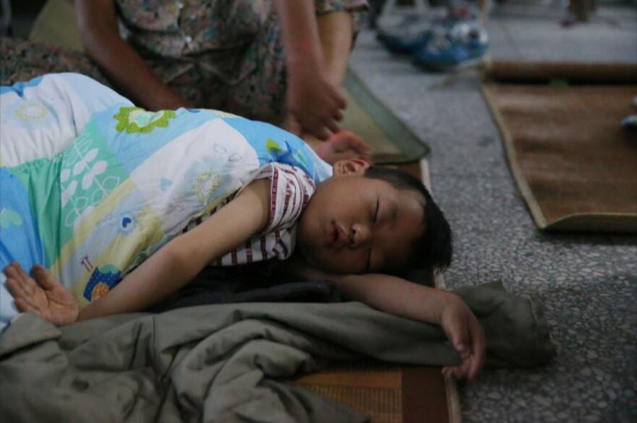 6月24日凌晨,在阜宁县硕集镇硕集中心小学临时安置点,7岁的王大鹏酣然入睡。新华社发