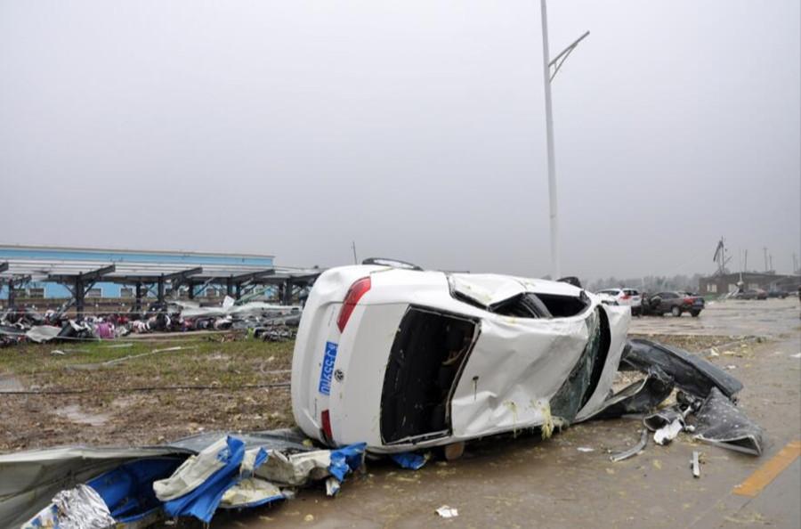 江苏省阜宁县开发区一电子科技公司内的车辆在龙卷风灾害中严重受损。新华社发