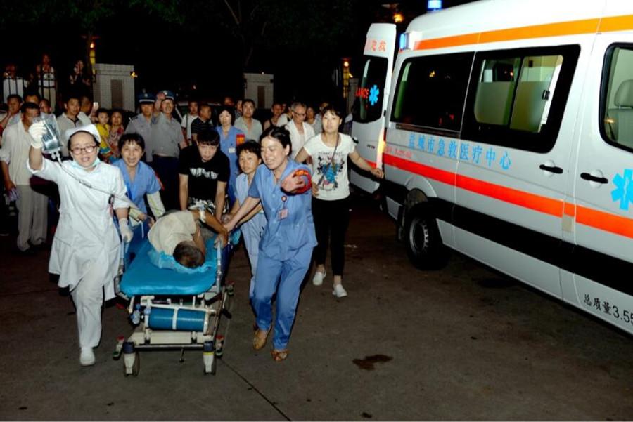 6月23日,盐城市第一人民医院医护人员在抢救伤员。新华社发