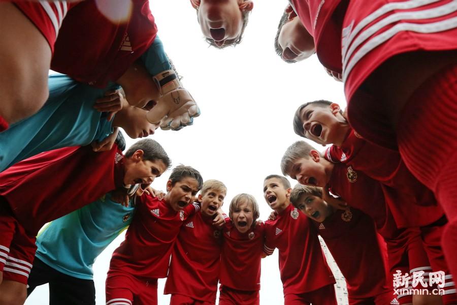 2016上海国际少年足球邀请赛今打响。上午的两场比赛分别由杨浦队迎战德国队,普陀队迎战西班牙队。图为西班牙队上场前互相鼓劲加油。新民晚报 周国强/摄