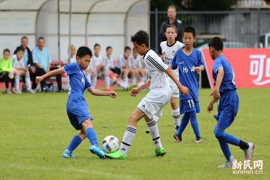 上海杨浦和普陀两个区的精英足球队作为本土队伍参赛。图为德国队与杨浦队在比赛拼抢中。新民晚报 周国强/摄