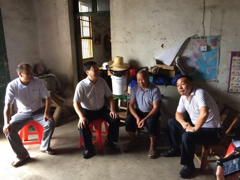 王四华走访慰问困难党员、老党员和贫困户