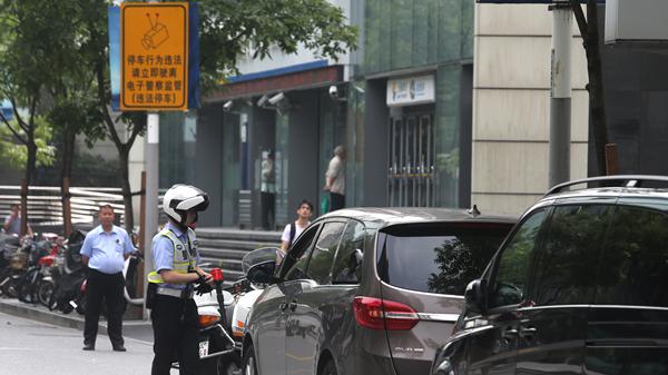 """开车不系安全带 沪""""电子警察""""抓拍相关违法696起"""