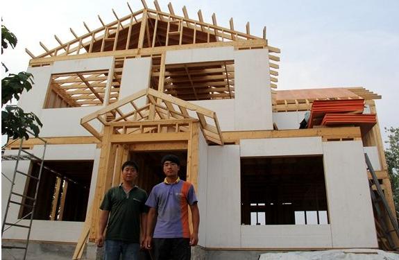 农村小伙自建木质两层别墅 在日本3年掌握技术