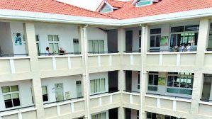 10岁小学生疑趴栏杆上玩 从教学楼6楼坠亡