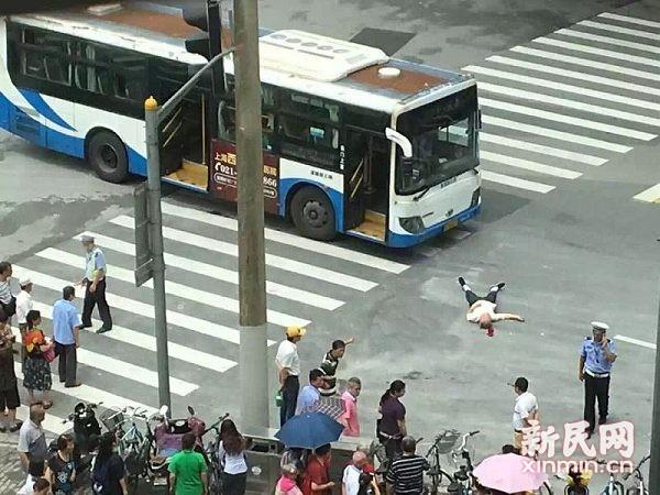 沪一八旬老人音乐厅门口被公交车撞倒 仍在抢救