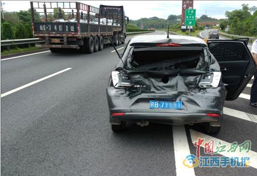 我被撞车扭到了腰 厦蓉高速赣州一司机随意变道引追尾