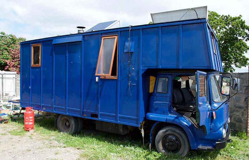夫妇将旧货车改成房车 标价11万出售