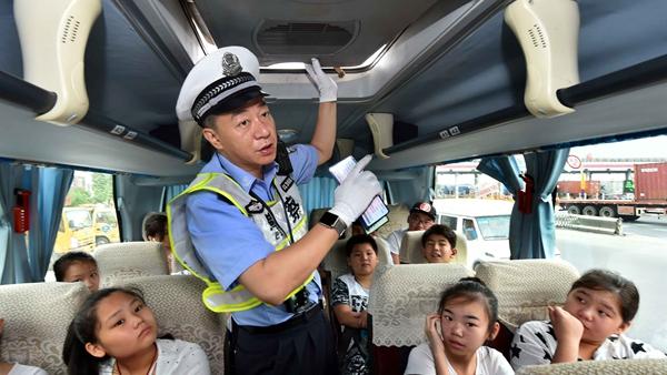 """浦东交警设卡检查""""两客一危"""" 不系安全带问题突出"""