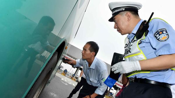 沪多部门上午在G60沪昆高速枫泾收费站联合执法