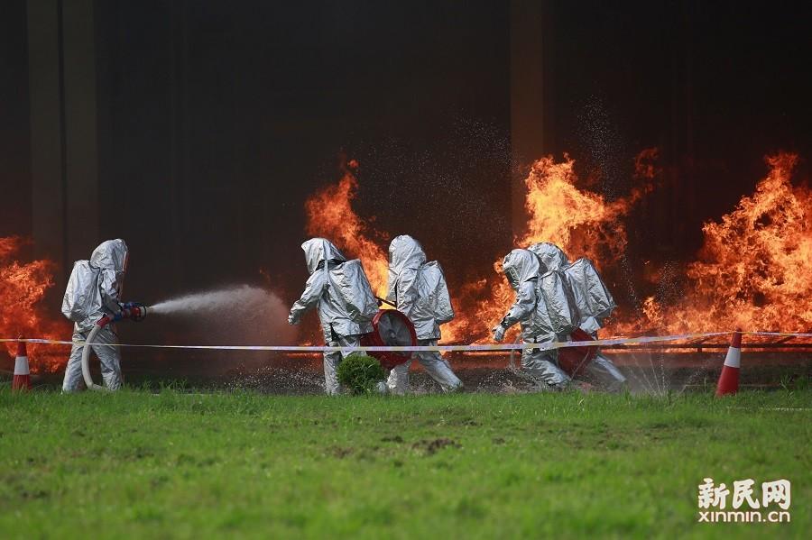 化工消防演习金山举行 爆炸逼真浓烟滚滚堪称大戏
