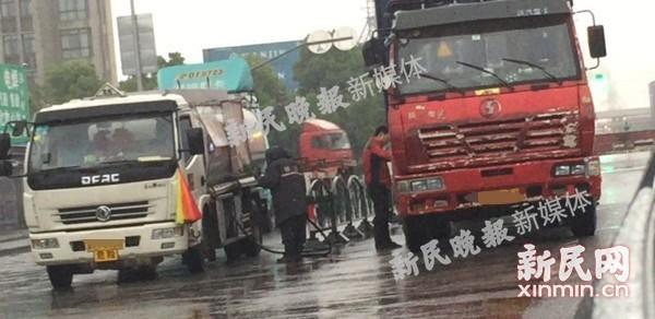 """浦东外高桥港区外油罐车变""""黑油车"""",路边直接给货车加油,怎么看?"""