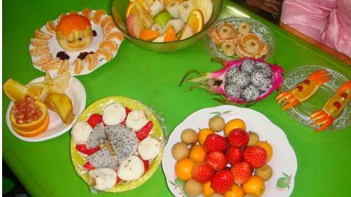 幼儿园拍孩子吃水果视频发给家长