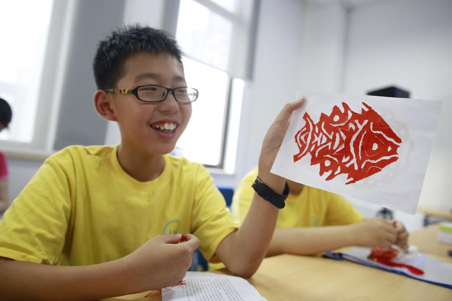 撕纸、面塑、练书法……小学员暑假走近非遗文化