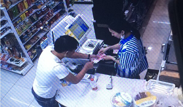 沪警方破获小贼设局换钱抽钱 几秒偷1400元