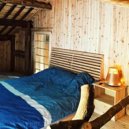 主卧和客房全都用杉木扣板打上,像是木阁楼一样的房间.