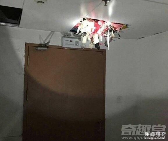 工作人员发现天花板凸起变形,打开后的情形让女性都心慌