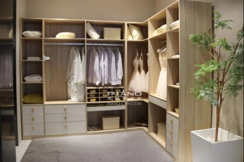 定制衣柜简约温馨,皮阿诺满足现代人衣帽间需求