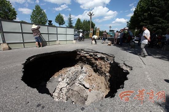 陕西宝鸡路面塌陷 大坑直径6米刚修好半年(图