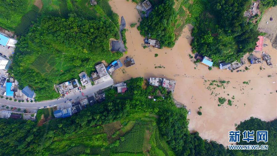 湖北建始村庄被淹 318国道中断