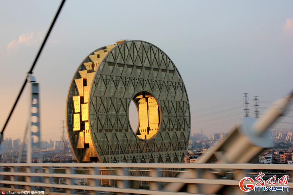 广州一大厦形似古钱币 身披土豪金