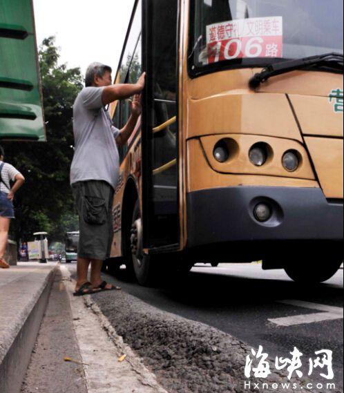 """榕一公交站台边""""鼓包"""" 乘客上下车易摔跤"""