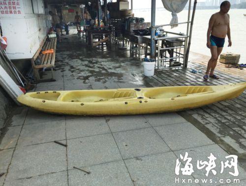 福州一男子闽江游泳遇险 众人划橡皮艇救起