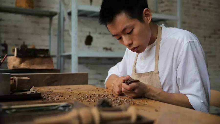 这个90后木匠,从木头里挖出了1000个小动物