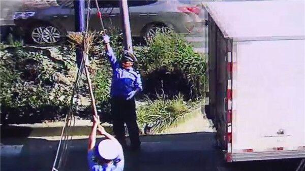 电缆被拉断生险情 沪民警烈日下轮流托举