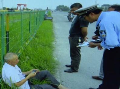 摩托车司机怕担责任撞人逃逸 监控视频露马脚