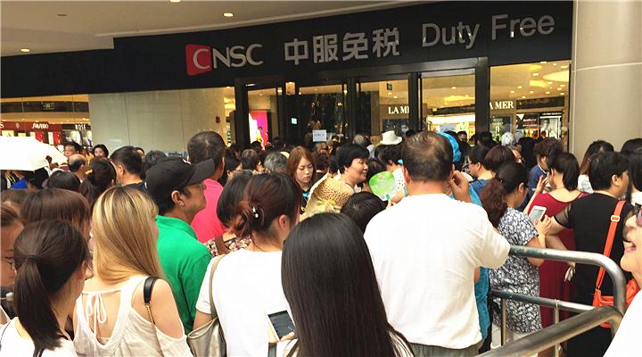 上海市中心最大免税店终于开啦!排队长长长长...价格是专柜6-8折!