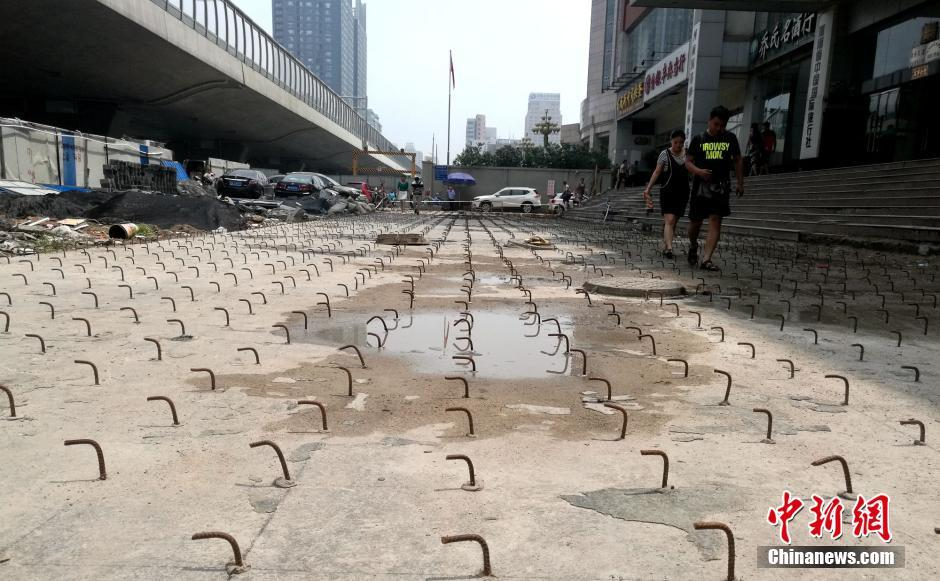 郑州一大厦门前密布钢钩阵 行人吐槽行路难