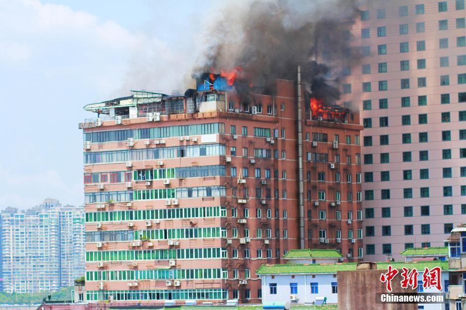 南昌一高楼大厦楼顶起火 过火面积约三百平方