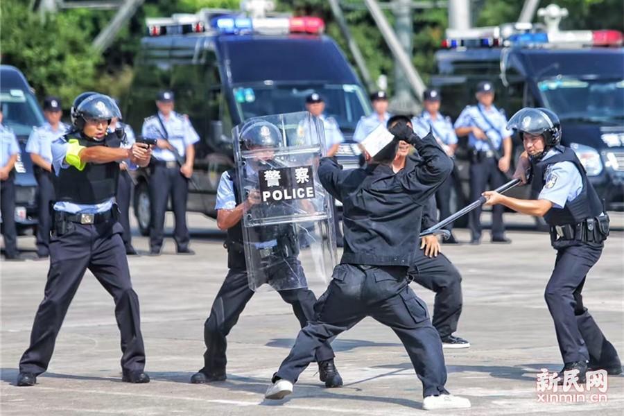 8月22日下午14点30分,上海公安特种机动队在莘庄基地举行公开演练。新民晚报新民网记者在演习现场看到,上海全市16个区公安分局机动队车队陆续进场,开展进行战术队形展示;随后对寻衅滋事、精神病人肇事肇祸、个人极端暴力驾车冲撞、持刀砍杀驾车冲撞恐怖袭击这四个模拟警情处置。新民晚报记者 张龙摄