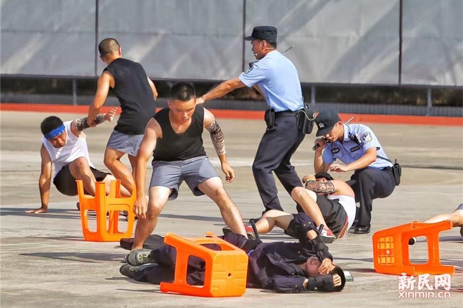 在模拟聚众斗殴警情时,现场上演了10余人的寻衅滋事,通过巡逻民警呼叫指挥中心请求增援,特种机动队车组增援到场,开展处置工作。特种机动队员使用催泪喷射器与盾牌防暴叉组合进攻,制服顽抗嫌疑人。新民晚报记者 张龙摄