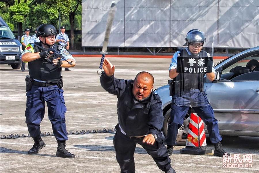 在持刀嫌疑人拒不投降情况下,特种机动队员果断开枪击伤嫌疑人,将其制服。新民晚报记者 张龙摄