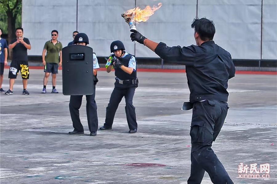 据上海警方介绍,特种机动队与其他警种采取叠加巡逻模式,巡逻重点将更多的集中在关乎国计民生的企事业单位、商业繁华区域、城市标志性建筑等地。在重点部位重点时段,特种机动队将采取车巡和定点驻守相结合的形式,各区将根据区域情况就地安排。新民晚报记者 张龙摄
