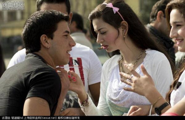 少女在看男士脖子上的项链,了解其经济状况.-这儿的姑娘廉价出售 图片