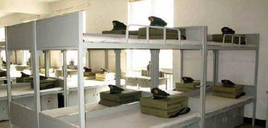 解放军军营宿舍内务整齐.-俄罗斯大学宿舍床架常断裂 留学生被逼变图片
