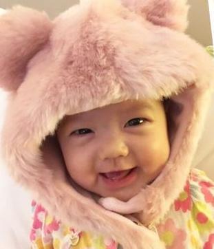 张梓琳女儿扮小熊卖萌 表情丰富镜头感强