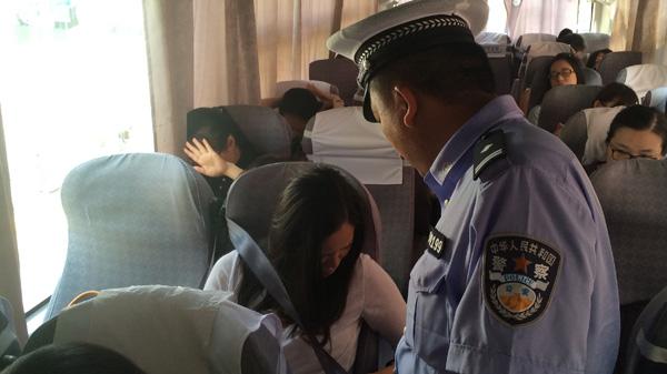 10:1杨浦警方查乘客安全带 仅1辆大巴得满分