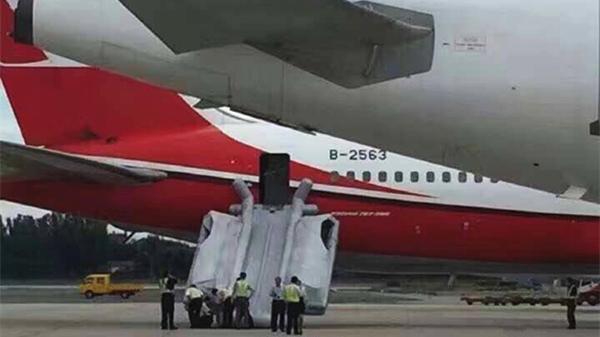 上海航空一客机首都机场被放滑梯 后续航班已到达