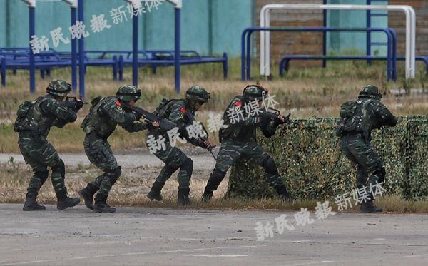 沪反恐怖综合演练:直升机、装甲突击车、防弹运兵车轮番登场