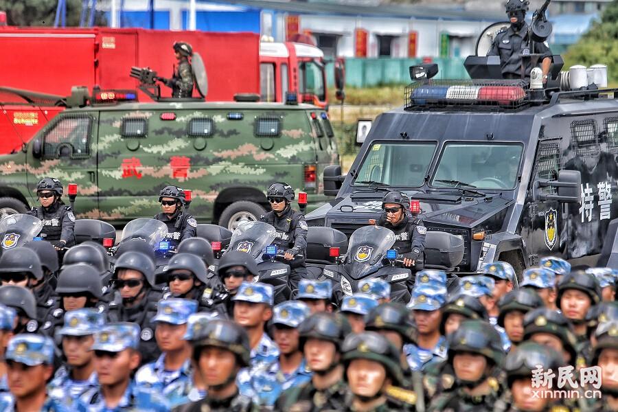 本次演习由上海市反恐办会同上海警备区,武警上海市总队,上海水警区,市卫计委,市民防办,市环保局,市公安局特警总队、消防总队、警务航空队、宝山公安分局等单位举行。新民晚报张龙 摄