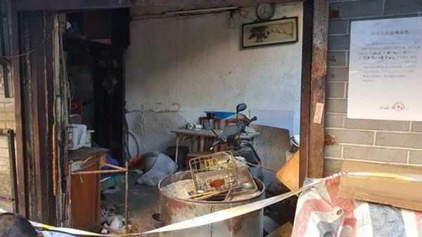 沪宁安路一早餐店液化气爆燃围墙被炸塌 幸无人伤