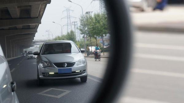 一女子在沪大华万里地区频碰瓷 主动碰擦车辆反光镜