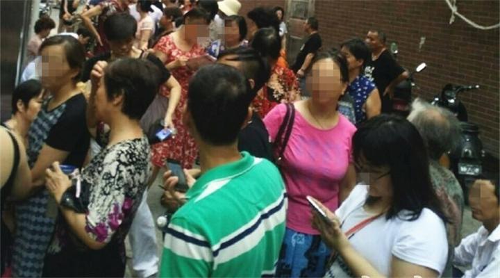 疯了!上海光明邨买盒月饼排队8小时!黄牛猖狂卖号100元一个!